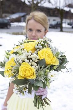 Yellow bridal bouquet   / Photography © Charlie Davies / Planners Haute Wedding / French Wedding Style Blog/  #flowers