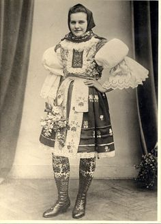 Retro Pictures, Folk Clothing, Traditional Clothes, European Countries, Folk Costume, Czech Republic, Historical Photos, Folklore, Old Things