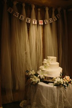 Wedding Cake Beach Wedding Decor Wedding Planning: Signature Weddings by Candice Photos: Chris Hendeson Photography