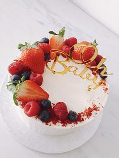 Discover recipes, home ideas, style inspiration and other ideas to try. Red Velvet Birthday Cake, Red Cake, Strawberry Cake Decorations, Strawberry Cakes, Red Velvet Cake Decoration, Cake Decorated With Fruit, Bolo Red Velvet, Fresh Fruit Cake, Bithday Cake