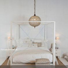 Ein beigefarbenem Himmelbett schafft Geborgenheit und Wärme. In dieses Zimmer passt schlichte Deko und Leuchten die kein grelles Licht ausstrahlen. Die runde Pendelleuchte…