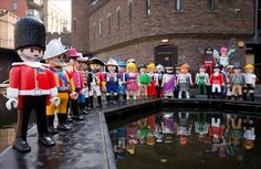 Playmobil celebra su 40 aniversario en un acto con figuras gigantes en Camden, Londres