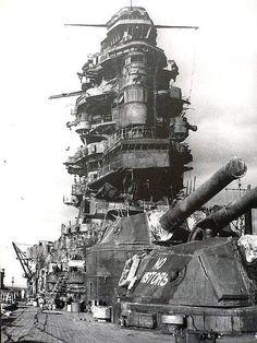 JIN Nagato (長門?) at repair - Corazzata classe Nagato - Dislocamento32.720 t Lunghezza 215,8 m Larghezza29,2 m Pescaggio9,8 m Velocità26 nodi Autonomia5 500 mn (10 200 km; 6 300 mi) a 16 n (30 km/h; 18 mph) Armamento Armamento artiglieria alla costruzione: 4 torri binate con cannoni da 410 mm Type 3 20 cannoni singoli da 140 mm Type 3 4 cannoni da 76 mm Type 3 1944: 4 torri binate con cannoni da 410 mm Type 3 18 cannoni singoli da 140 mm Type 3
