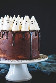 Indulge in one of the season's best flavors with this perfectly festive Chocolate Pumpkin Cake with Meringue Ghosts. This adorable Halloween cake will be the talk of the town. cake flavors Flavorful Fall Cakes to Celebrate the Season Bolo Halloween, Pasteles Halloween, Halloween Treats, Chocolate Pumpkin Cake, Salted Chocolate, Halloween Chocolate Cake, Halloween Backen, Ghost Cake, Party Mottos