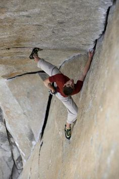 Alex Honnold soloing a beautiful stemming jam crack in Yosemite. Sorry but I don't recognize the route.