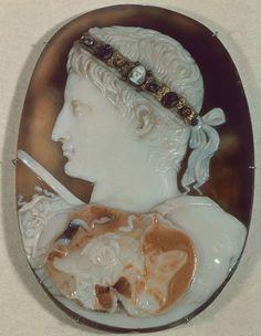 Camafeo de Augusto representa al Emperador de perfil totalmente idealizado.  Camafeo =  piedra tallada de ágata en forma  de medallón que se utilizaba como joya.