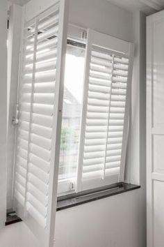 Shutters voor draaikiepramenEen draaikiepraam is een raam dat je aan de bovenkant schuin op een kier kunt zetten, maar ook helemaal kunt opendraaien. Zeer goed te combineren met shutters. Is dat mogelijk, horen we je denken. Met JASNO shutters is zo'n draaikiepraam geen enkel probleem!Kies uit twee opties voor het plaatsen van shutters: