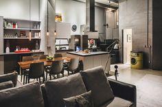 Loft de 80 m² brilha com sobriedade Interior Exterior, Home Interior Design, Interior Decorating, Apartment Design, Apartment Living, Living Room, Lofts, Loft Decorado, Dream Home Design