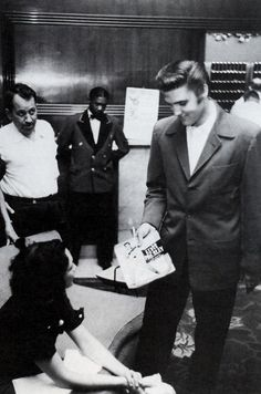 Elvis Presley give a girl an autographe .... look and see what happened !
