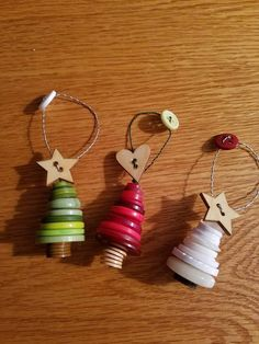 Set of 3 / red, white and green button trees - Christmas tree ornaments key. Can be made in any color or combination of colors. Ideal for wedding - Christmas Button Crafts, Button Crafts For Kids, Diy Christmas Gifts For Kids, Christmas Buttons, Homemade Christmas Gifts, Christmas Tree Decorations, Christmas Tree Ornaments, Holiday Crafts, Button Tree