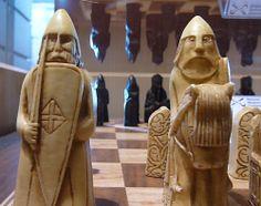 En El Museo Nacional de Escocia se encuentra el celebérrimo Ajedrez de Lewis,  93 piezas de marfil de morsa encontradas en el S. XIX.