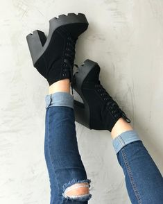Loved this shoes so much. Pretty Shoes, Beautiful Shoes, High Heel Boots, Heeled Boots, Fashion Boots, Sneakers Fashion, Sneakers Nike, Gucci Shoes, Shoes Heels