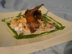 Codorna assada no forno   PHOTOVIDEOBANK Codorna assada no forno  com risoto de tomate seco e rúcula, culinária cozinha internacional gourmet. Carne, Chicken, Meat, Food, Quails, Roast Beef In Oven, Gourmet Cooking, Roasts, Dishes