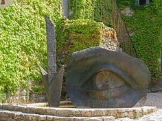 oeuvre d'Anne et Patrick Poirier. La Commanderie de Peyrassol - Le parc des sculptures. Provence