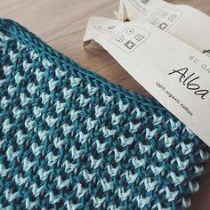 Gratis strikkeopskrift  En strikket karklud i bi-mønster lavet i to farver og afsluttet med en hestetømmekant. Se link i bio ✨ God fornøjelse! #strik #strikkeopskrift #gratisopskrift #knitting #knit #freepattern #økologisk #garn #karklud #organic #yarn #washcloth #ecoknittingdk #tagsforlikes #igers #vsco #vscocam #vscogood #vscophile