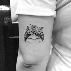 Tatuagem criada por Gabriela Blaezer do Rio de Janeiro. Frida Khalo em miniatura no braço.