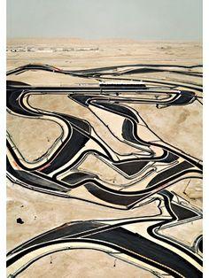 アンドレアス・グルスキー「バーレーン [1]」(2005年、C-プリント、306×221・5×6・2センチ)(C)ANDREAS GURSKY / JASPAR,2013 Courtesy SPRUTH MAGERS BERLIN LONDON