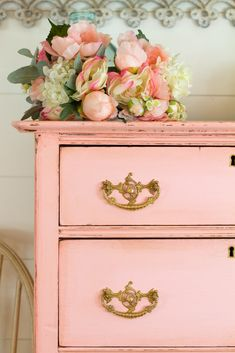 How to paint an antique inspired dresser – featuring English Rose Ready for something that feels a little old but still a little new? This color combination of English Rose and Antiquing wax makes for a perfect antique inspired dresser. Pink Furniture, Painted Bedroom Furniture, Furniture Ideas, Furniture Companies, Furniture Inspiration, Upcycled Furniture, Kitchen Furniture, Vintage Furniture, Furniture Design