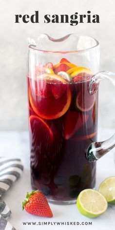 This simple recipe for red sangria consists of Cointreau, red wine and fresh fruit - Cocktail Rezepte - Cocktails Best Sangria Recipe, Red Sangria Recipes, Red Wine Sangria, Peach Sangria, Simple Sangria Recipe, Moscato Sangria, Sangria Bar, Cranberry Sangria, Winter Sangria