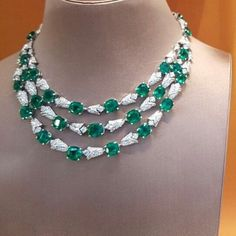 Stunning Emerald necklace by BVLGARI!! #bvlgari #finejewelry #finejewellery #highjewelry #highjewellery #luxuryjewelry #luxuryjewellery #hautejoaillerie #hautecouture #necklace #emeraldnecklace #jeweloerspective #