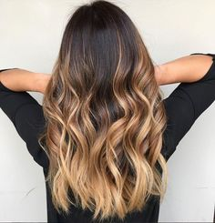Ombré parfait #lookdujour #ldj #ombre #hair #hairstyle #ombrelove #yeswayombre #haircrush #weekendhairinspo #wavyhair #waves #regram @sharchang