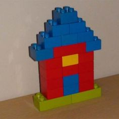 Lego example of a castle flat house:Name: Lego duplo castle small houseAge: starting from 3 years oldNumber of blocks: few blocksCategory: Buildings Building Sets For Kids, Lego Building Sets, Lego Activities, Preschool Activities, Lego Minecraft, Lego Plan, Easy Lego Creations, Lego Therapy, Lego Basic