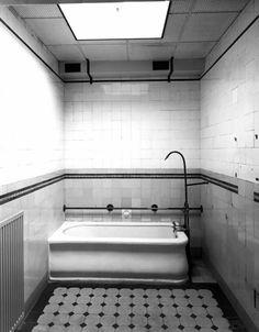 voormalig badhuis ozebi biltstraat utrecht  De gelegenheid werd rond 1918 in de wijk Wittevrouwen aan het begin van de Biltstraat gebouwd naar ontwerp van J. Ingenohl. Deze architect ontwierp al eerder in Amsterdam een soortgelijk bouwwerk. De naam O.Z.E.B.I. ontstond als acroniem voor eerste Overdekte Zwem- en Bad-Inrichting