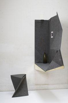 multifunctioneel wandmeubel dat handig van pas kan komen bij lofts en studio's. In dichtgevouwen toestand is Space+ een spiegel met klein tablet en vergroot hij door reflectie de ruimte, in opengevouwen toestand is het een schrijftafel met kamerscherm - REINAART VANDERSLOTEN