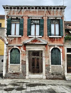 Old house in Venice Amazing Buildings, Old Buildings, Abandoned Buildings, Abandoned Places, Old Mansions, Abandoned Mansions, Classical Architecture, Beautiful Architecture, Building Painting