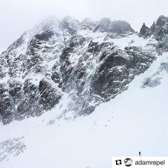 Človek a hora   #praveslovenske od @adamrepel  #slovensko #slovakia #tatramountains #landscape #mountains #nature #snow #winter #rocks #peak