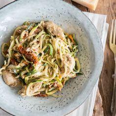 Zwischen Zucchininudeln verstecken sich zartes Hähnchenfleisch und würzige, sonnengetrocknete Tomaten. On top: eine ordentliche Portion Parmesankäse.