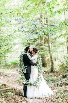 Schneewittchen und die Liebe: Katharina & Hiscan's märchenhafte Waldhochzeit DIE HOCHZEITSFOTOGRAFEN http://www.hochzeitswahn.de/inspirationen/schneewittchen-und-die-liebe-katharina-hiscan-sagten-maerchenhaft-ja/ #wedding #mariage #couple