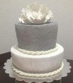 Silver and white flower cake by Dulce Galeria