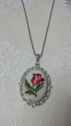 This post was discovered by İlknur Pekgüler. Discover (and save!) your own Posts on Unirazi. Embroidery Jewelry, Hand Embroidery, Clay Earrings, Crochet Earrings, Beaded Banners, Stitch Cartoon, Sewing Stitches, Bargello, Flower Crafts