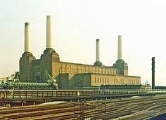 """London, 16 settembre 1982 """"Battersea Power Station"""" - - - - - - Ripresa dal treno che porta da Londra all'Aeroporto di Gatwick, uno dei simboli dell'Inghilterra, la """"Battersea Power Station"""" (centrale elettrica di Battersea), nota anche per la cover del LP """"Animals"""" dei Pink Floyd. - - - - - - La struttura, in disuso dal 1983, è stata venduta a un consorzio di società malesi per convertirla in un complesso di appartamenti, uffici, negozi e un teatro. - - - - - - Photo © Demetrio Grandinetti"""