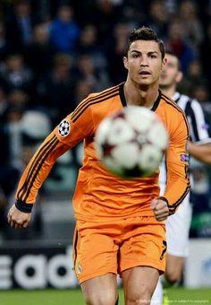 een man van de doelpunten staat in de schaduw van zijn tegenstander en vijand messi