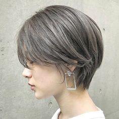 LALAさんはInstagramを利用しています:「タグ🏷付けヘアスタイルのご紹介  ショートヘアカタログ*  -素敵なヘアスタイルをRepostでご紹介させて頂いてます。写真はご本人様に【掲載許諾】をとっております-  @hegi___sand…」 Grey Bob Hairstyles, Scarf Hairstyles, Pretty Hairstyles, Cut My Hair, Love Hair, Great Hair, Girl Short Hair, Short Hair Cuts, Shot Hair Styles