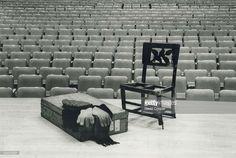 Silla que Glenn Gould llevaba a cada concierto, situada junto a una maleta con la gorra, la bufanda y los guantes del pianista, en el Roy Thomson Hall (Toronto) David Cooper / Getty Images Fuente