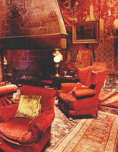 Gryffindor, I can see myself sitting right here and reading a book. Deco Harry Potter, Harry Potter Room, Harry Potter Houses, James Potter, Hogwarts Houses, Harry Potter Hogwarts, Slytherin, Wallpaper Harry Potter, Living Room Red