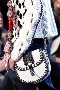 Altuzarra at New York Fashion Week Fall 2016 - Details Runway Photos Fashion Handbags, Fashion Bags, Vanity Bag, Oui Oui, Beautiful Bags, Types Of Fashion Styles, Purses And Bags, Fashion Accessories, Fall 2016