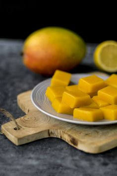 Mango fruit gum sugar free and vegan Food rich - Easily make vegan and sugar-free fruit gums yourself with just 3 ingredients. Recipe for mango frui - Healthy Candy, Healthy Fruits, Healthy Sweets, Healthy Snacks, Sugar Free Fruits, Fruit Gums, Vegan Candies, Mango Fruit, Homemade Sweets
