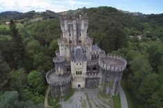 Castillo de Butron, Bizkaia, Spain Cool Places To Visit, Places To Go, Real Castles, Huge Houses, Medieval, Cathedral Church, Interesting Buildings, Fortification, Old Buildings