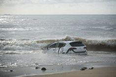 Un cotxe al mar a Vilassar de Mar.