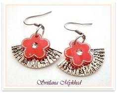 """Boucles d'oreilles """"Eventail"""". Métal argenté . Fleur rouge acrylique. : Boucles d'oreille par perles-et-couronnes"""