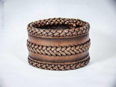 Geflochtenes dunkelbraunes Leder Armband handgemacht von ARCHERIA