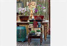 Em vez de mais uma peça corriqueira, a escada traz o verde em diferentes volumes. Os vasos de fibra de madeira e cimento ficam organizados, sem tumultuar a área  Arquivo / Casa e Jardim