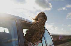 chica saliendo por la ventana de coche