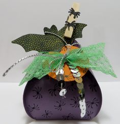 Stampin' Up Curvy Keepsake Spider Box Treat Holder created by Lynn Gauthier using SU Curvy Keepsake Box Thinlits Die, A Little Something, Witches' Night and Cheer All Year Stamp Sets. Go to lynnslocker.blogs... to see the details for this project.