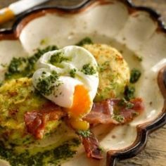 This recipe combines potato cakes with poached eggs, grilled bacon and a tasty Mojo sauce to make a really good supper dish Irish Recipes, New Recipes, Yummy Recipes, Yummy Food, Favorite Recipes, Best Breakfast Recipes, Brunch Recipes, Recipe For Irish Potatoes, Bacon On The Grill