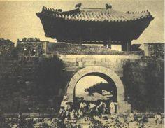 숙정문(肅靖門)은 오행상 땅(土)의 기운에 해당하고 지(知)를 상징한다. 그러나 이문의 명칭에는 '지(知)'를 쓰지 않았다.
